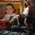 Crear un fotomontaje en un cuadro junto a una chica