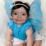 Fotomontaje en una niña disfrazada de mariposa