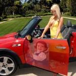 Fotomontaje picjoke en auto deportivo.