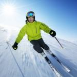 Fotomontaje en la nieve con un esquiador