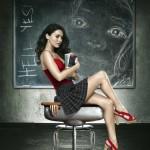 Fotomontaje en una pizarra con una linda profesora