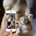 Fotomontaje tomando foto con un iPhone