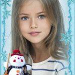 Marco de fotos gratis con un muñeco y copos de nieve